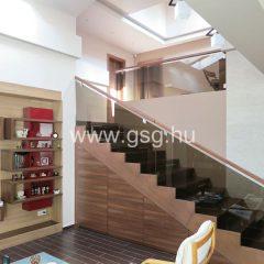 Üvegkorlát lépcső mellé